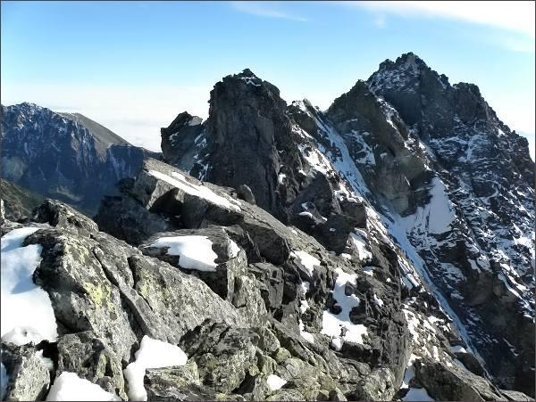 Prostřední (nejblíže) a jižní vrchol Zadnej Bašty. Vpravo Satan