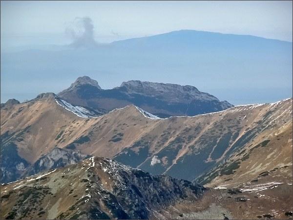 Giewont z Hlinskej veže. Na obzoru Babia hora