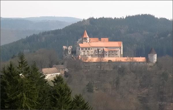 Hrad Pernštejn z vyhlídky Mariino loubí