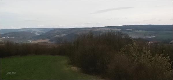 Rozhledna na Malém Chlumu, pohled k severovýchodu a východu. <br /> Vlevo na horizontu Konická vrchovina, vpravo Adamovská vrchovina s nejvyšší částí Škatulec. Vlevo uprostřed údolí Bělé