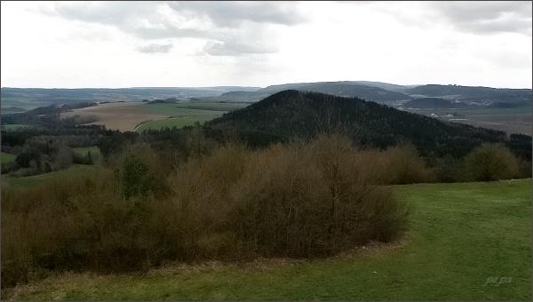 Rozhledna na Malém Chlumu, pohled k jihu. V popředí Velký Chlum, za ním Hořická vrchovina