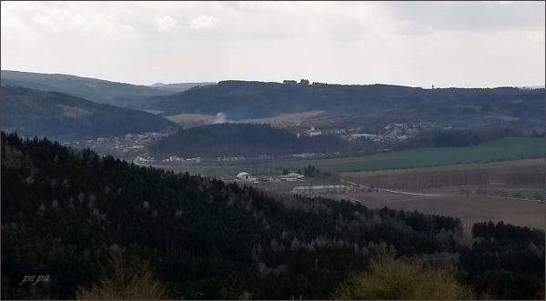Rozhledna na Malém Chlumu, pohled přes úbočí Velkého Chlumu k Černé Hoře (uprostřed zámek)