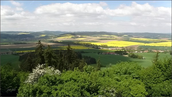 Rozhledna na Malém Chlumu, pohled k severozápadu.Vlevo obec Drnovice, vpravo Voděrady. Na horizontu Hornosvratecká vrchovina