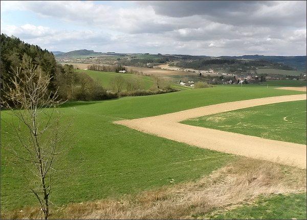 Pohled ze Spešovské rozhledny k severu: Krhovský hřbet, vlevo Velký a (v zákrytu za ním) Malý Chlum. <br>Vpravo na horizontu Škatulec (Adamovská vrchovina). <br>V popředí Rájec-Jestřebí