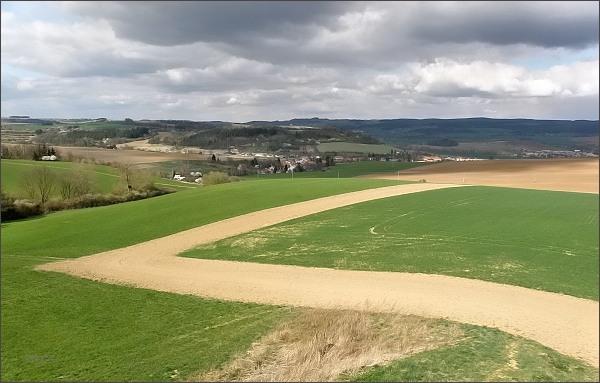 Pohled ze Spešovské rozhledny k severu a severovýchodu. <br>  Vlevo na horizontu Krhovský hřbet (Malá Haná), uprostřed Škatulec, vpravo Rozsocháč (Adamovská vrchovina). <br />  V popředí Rájec-Jestřebí