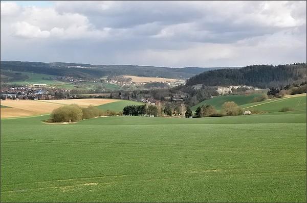Pohled ze Spešovské rozhledny k jihovýchodu. <br /> Vpravo svahy Hořické vrchoviny, pod nimi obec Spešov. <br /> Ve středu fotografie Blanenský prolom s obcemi Ráječko (vlevo)a Horní Lhota. <br />Zcela vpravo severní okraj Blanska. <br /> Na horizontu Rozsocháč (Adamovská vrchovina)