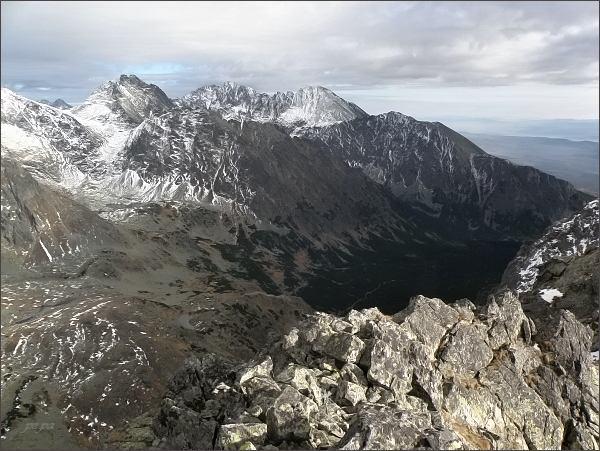Pohled z Veľkej Capej veže přes Mengusovskú dolinu k východu. Zleva Koruna Vysokej, Gerlachovský štít, Končistá a Tupá