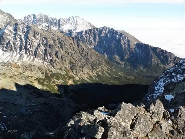Pohled z Veľkej Capej veže přes Mengusovskú dolinu k jihovýchodu. Vlevo Kôpky, na horizontu Gerlachovský štít, Končistá, vpravo Tupá a Ostrva