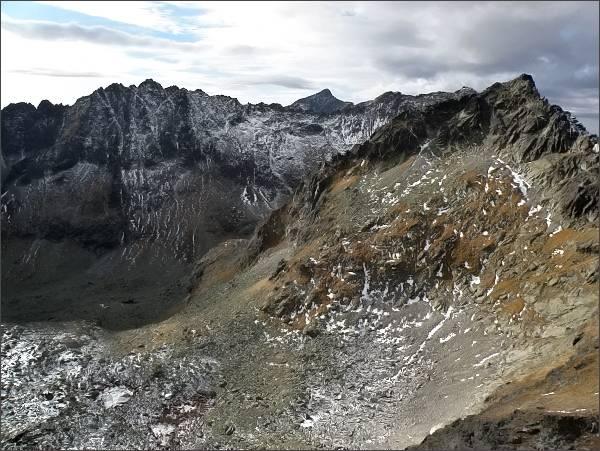 Závěr Mlynickej doliny z Veľkej Capej veže. Vlevo Soliská, vpravo Štrbský štít. Uprostřed Kriváň