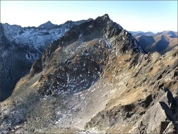 Závěr Mlynickej doliny z Veľkej Capej veže. Uprostřed Štrbský štít, dále vlevo Hrubý vrch, Furkotský štít a Kriváň