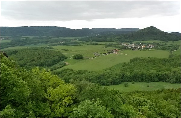 Pohled z Kalicha k SZ. Vpravo Panna, uprostřed na horizontu Kukla, vlevo Dlouhý vrch