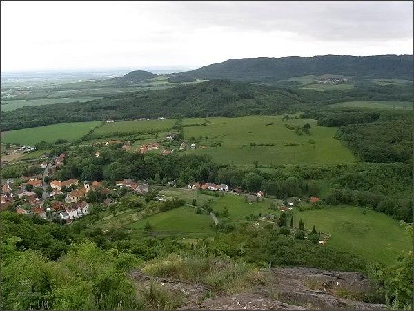 Pohled z Kalicha k JZ. V popředí Třebušín, dále Trojhora. Na horizontu Dlouhý vrch a Liščín