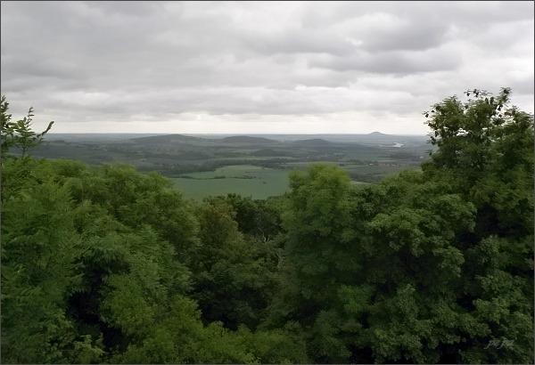 Pohled z Trojhory do Polabí. Na horizontu Labe a Říp