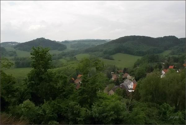 Levín. Pohled z barokní zvonice k Bukové hoře