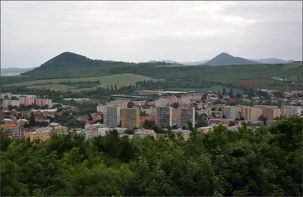 Mostná hora. Pohled na Radobýl a Lovoš