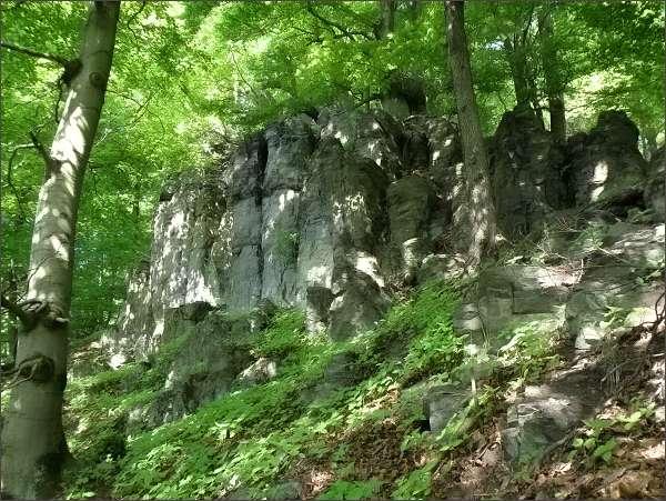 Kamenná skalní hradba pod vrcholem Sedla