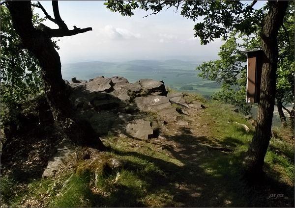 Vyhlídka s vrcholovou knihou na jižní hraně Sedla