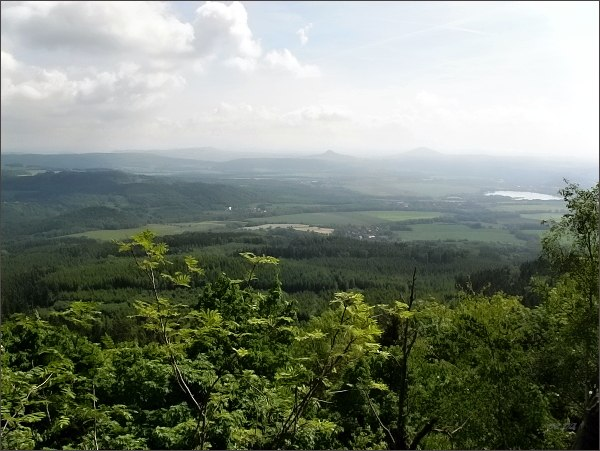 Úštěk a rybník Chmelař, Ronov a Vlhošť (oba vrchy na horizontu) ze Sedla