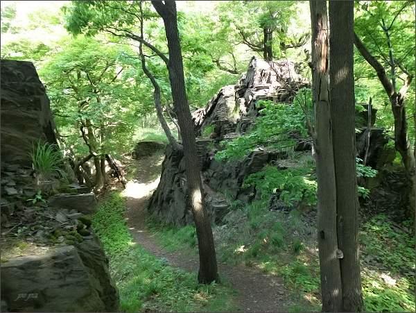 Turistická cesta se proplétá mezi skalními útvary...