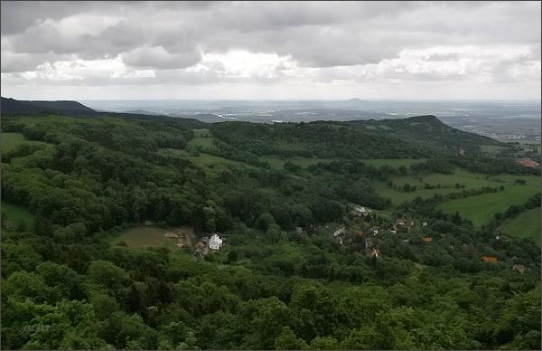 Pohled z Varhoště k jihu. Vpravo vrch Hradiště