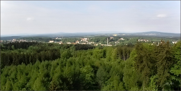 Pohled z rozhledny na Háji k JZ. V popředí Aš, vlevo dále Selb. Nad ním na horizontu Kösseine, dále vlevo Steinwald