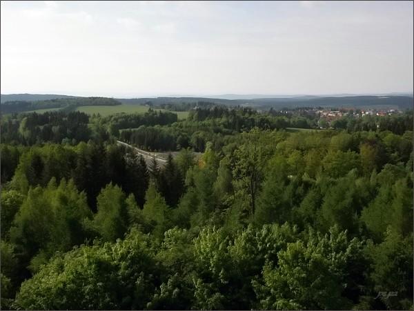 Pohled z rozhledny na Háji k jihu a jihovýchodu. Na horizontu Český les (Dyleň)