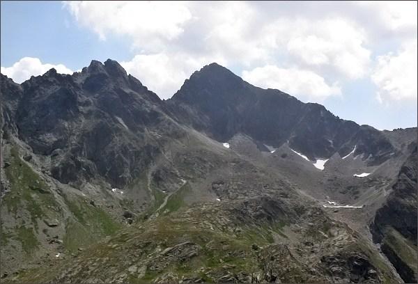 Divá veža (vlevo) nad Zamrznutým kotlom, z Hrubej veže. Uprostřed Východná Vysoká