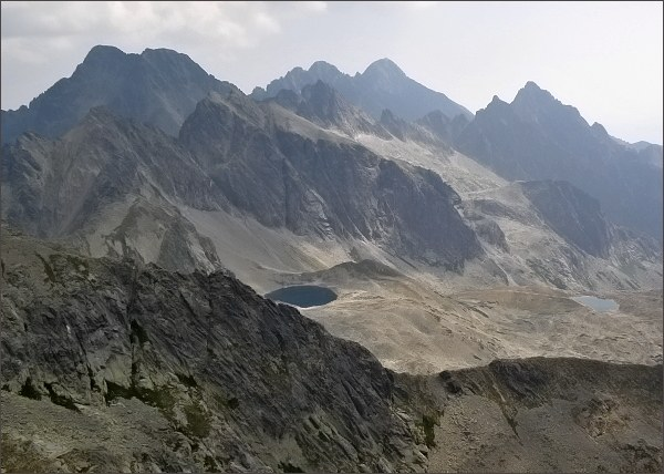 Javorové štíty (uprostřed) z Divej veže. Na horizontu zleva Ľadové štíty, Pyšné štíty, Lomnický štít a Prostredný hrot