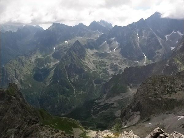 Hrubá veža (uprostřed) z Mlynára. Vpravo Litvorový kotol, vlevo Svišťová dolina