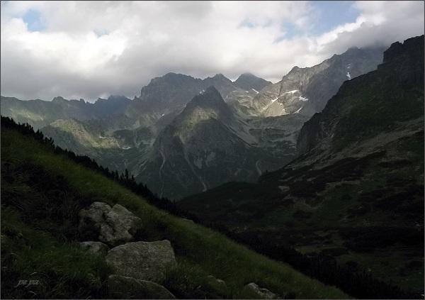 Hrubá veža (uprostřed) zpod Mlynárovho sedla. Vpravo Litvorový kotol, vlevo Svišťová dolina