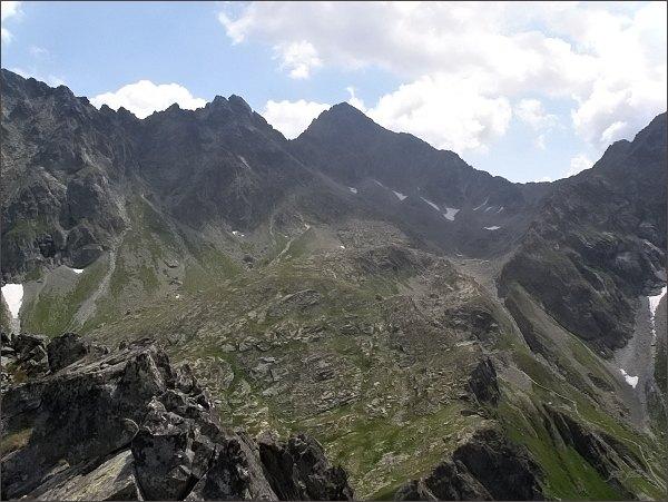 Pohled z Hrubej veže do Zamrznutého kotla. Uprostřed Východná Vysoká, vlevo Divá veža. Vpravo Poľský hrebeň
