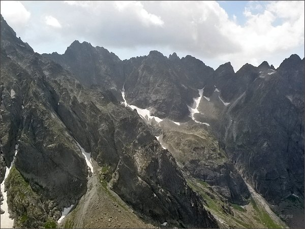 Závěr Kačacej doliny z Hrubej veže. Vlevo Batizovský štít, dále vpravo Kačací štít, Popradský Ľadový štít a Snežné kopy