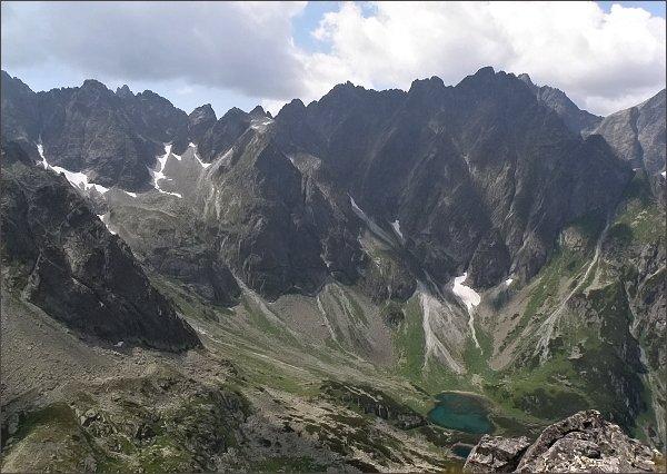 Kačacia dolina z Hrubej veže. V záveru zleva Batizovský štít, Kačací štít a Popradský Ľadový štít, mezi nimi Malá Končistá. Dále Snežné kopy, Zlobivá, Rumanov štít a Ganek.  Vpravo sedlo Váha