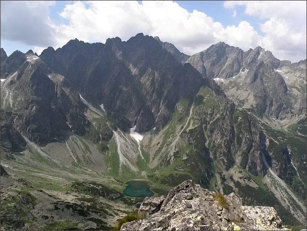 Pohled z Hrubej veže k východu. Zleva Zlobivá, Rumanov štít a Ganek, sedlo Váha, Rysy a Malé Rysy