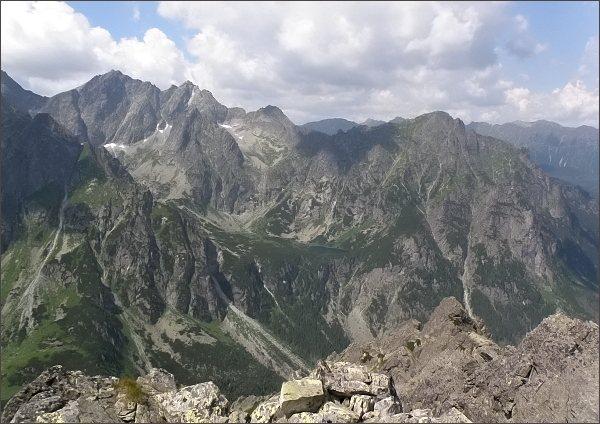 Pohled z Hrubej veže k severozápadu. Zleva Rysy a Malé Rysy, Žabí štít, Mlynárovo sedlo a Mlynár