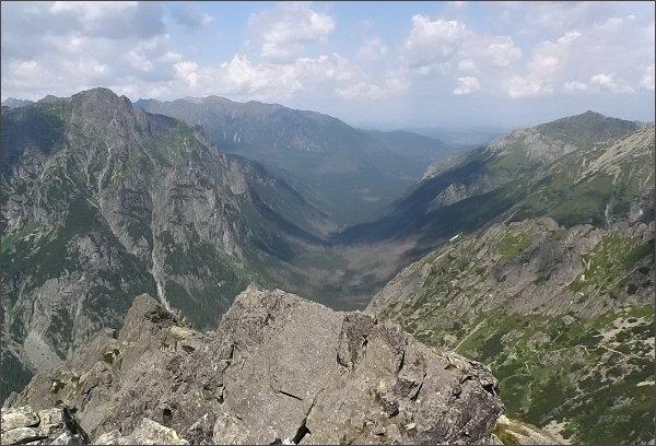 Pohled z Hrubej veže do Bielovodskej doliny. Vlevo Mlynár