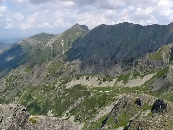 Pohled z Hrubej veže do Svišťovej doliny. Uprostřed Široká