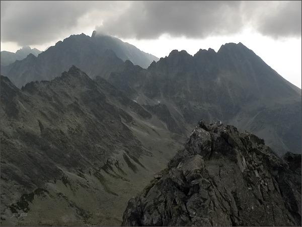 Rumanova dolina z Dračieho štítu. Vpravo Končistá, vlevo masív Gerlachovského štítu