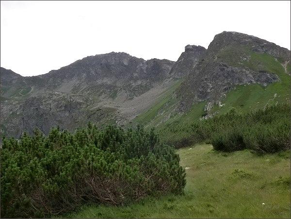 Hrubý štít (uprostřed) nad Doliną Pięciu Stawów Polskich