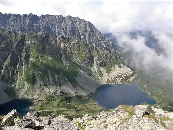 Temnosmrečinská dolina a Temnosmrečinské plesá zpod Malého Hrubého štítu. Na horizontu hřeben Hrubô