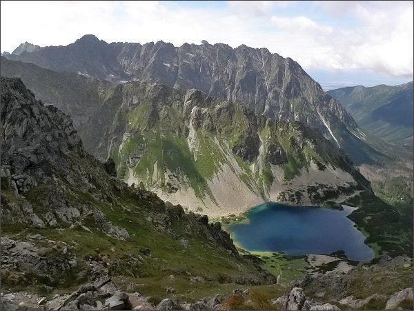 Temnosmrečinská dolina a Nižné Temnosmrečinské pleso zpod Hrubého štítu. Na horizontu hřeben Hrubô