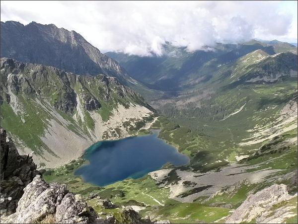 Temnosmrečinská a Kôprová dolina z Hrubého štítu. Nižné Temnosmrečinské pleso