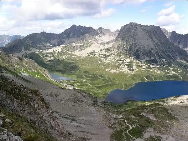 Doliną Pięciu Stawów Polskich z Hrubého štítu. Na horizontu uprostřed Świnica, vpravo Kozi Wierch