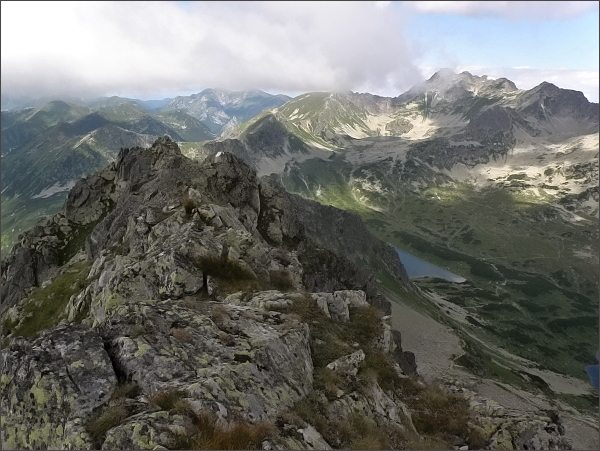 Západní vrchol Hrubého štítu. Vpravo přes Hladký štít, Valentkovú, na Świnicę se táhne hlavní hřeben Vysokých Tatier