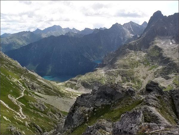 Dolina Za Mnichem (v popředí) a Dolina Rybiego Potoku z Hrubého štítu. Vpravo Veľký Mengusovský štít