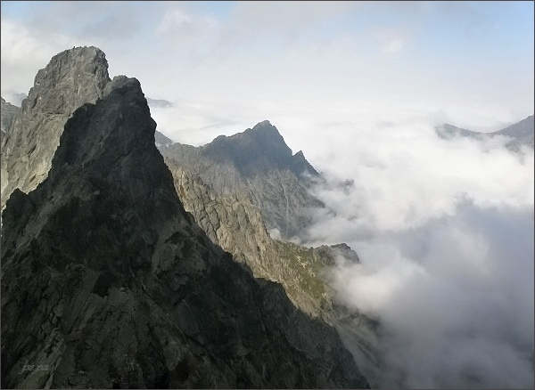 Rumanov štít a Ganek ze Zlobivej. Uprostřed Mlynár