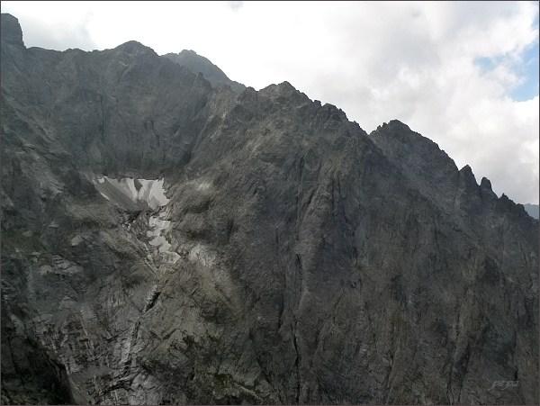 Malá Snehová veža, pohled do Ľadovej dolinky.<br>Nejvyšší Zadný Ľadový štít a Ľadový štít. Vpravo Veľká a Prostredná Ľadová veža