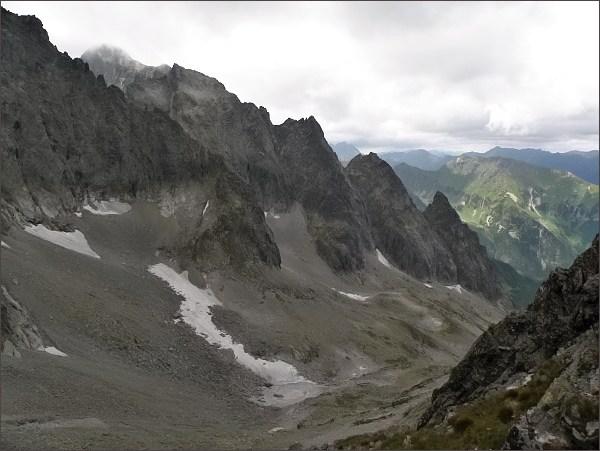 Snehové veže (v popředí) zpod Kolového štítu. Vlevo Snehový štít a Ľadový štít