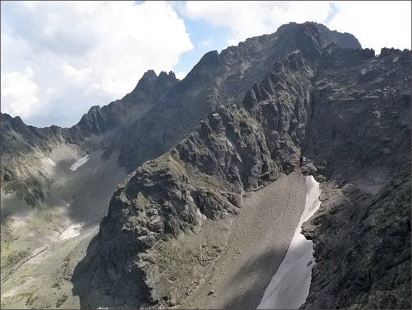 Čierne sedlo, Čierny štít, Čierne veže a Baranie rohy (na horizontu zleva) z Veľkej Snehovej veže. <br>V popředí hřeben Baraních veží a Baraních zubov