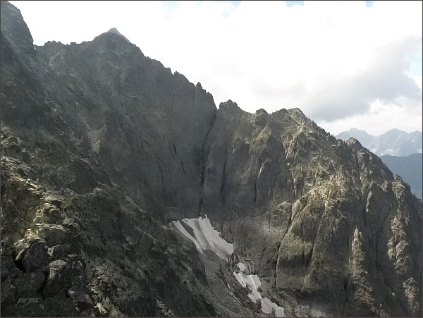 Zadný Ľadový štít a Ľadový štít (v zákrytu) z Veľkej Snehovej veže. Vpravo Veľká Ľadová veža